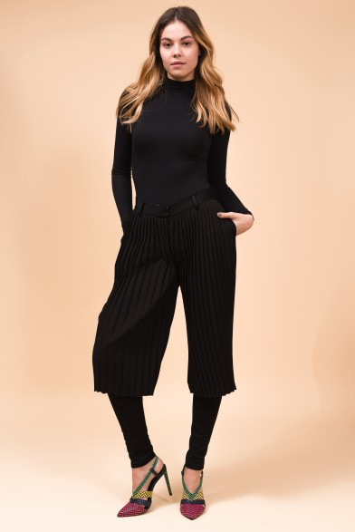 Black pleated demi-pants